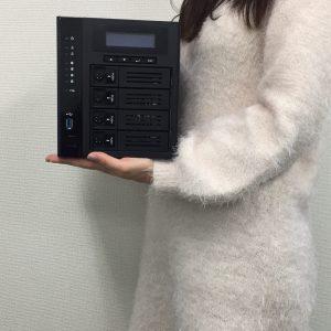 NVR-6132Tの大きさ・重さは私が持てるくらいコンパクトな製品